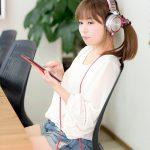 iPad mini で音楽を聴くホットパンツの女性 [モデル:暢子]
